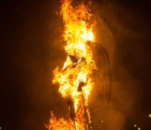 """Guatemala limpia su espíritu antes de la Navidad con la """"quema del diablo"""""""
