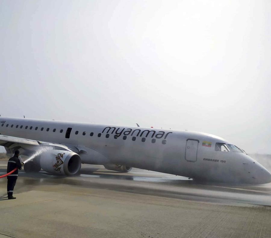 El avión de Myanmar National Airline que realizó un aterrizaje de emergencia en el Aeropuerto Internacional Mandalay en Mandalay, Myanmar, el 12 de mayo del 2019. (Aung Thura vía AP) (semisquare-x3)