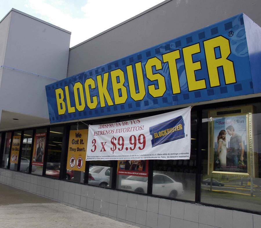 Scott Thornton se toma una foto frente al Blockbuster de Bend. (AP) (semisquare-x3)