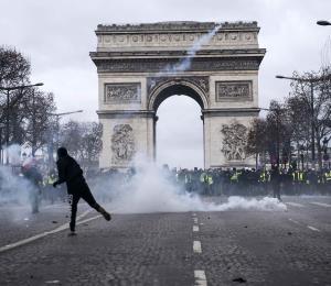 """Monumentos y museos de París cierran por temor a la protesta de los """"chalecos amarillos"""""""