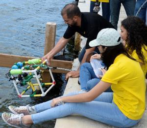 Alumnos exploran el fondo marino con un robot