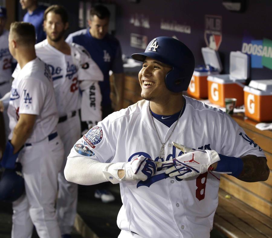 El campocorto Manny Machado, de los Dodgers de Los Ángeles, sonríe en el dugout tras conectar un jonrón productor de dos carreras en el juego de esta noche. (EFE) (semisquare-x3)