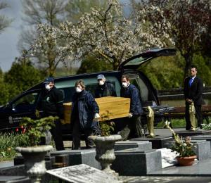 España prohíbe velorios y entierros con más de tres personas