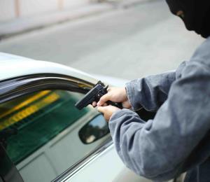 Delincuentes golpean con un arma a un hombre en Río Grande para robarle el carro