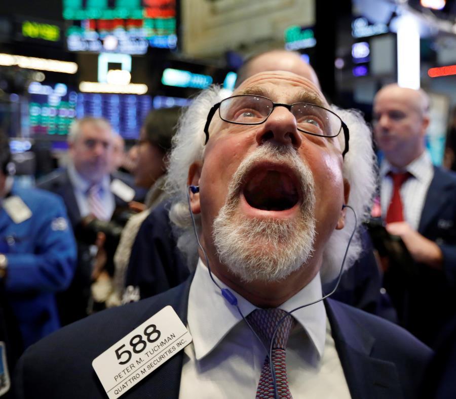 Al lado, el corredor de bolsa Peter Tuchman trabaja en el New York Stock Exchange. Expertos destacaron que en 2019 urge identificar oportunidades para hacer contrapeso a la volatilidad del mercado de valores. (AP) (semisquare-x3)