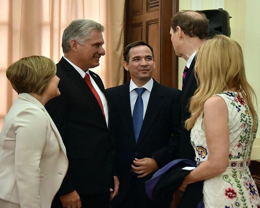 El presidente cubano Miguel Díaz-Canel Bermúdez a su salida de una reunión con congresistas de los Estados Unidos. (EFE / Estudio Revolución / Cubadebate) (semisquare-x3)