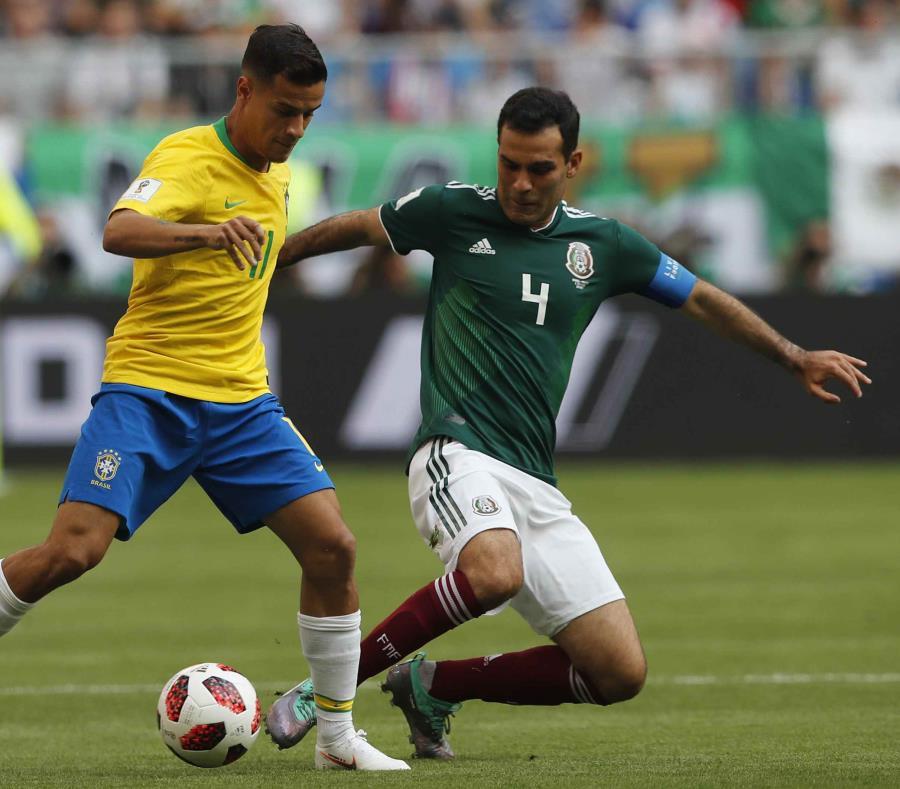 Rafael Márquez reta a Philippe Coutinho durante el partido entre México y Brasil. (AP) (semisquare-x3)