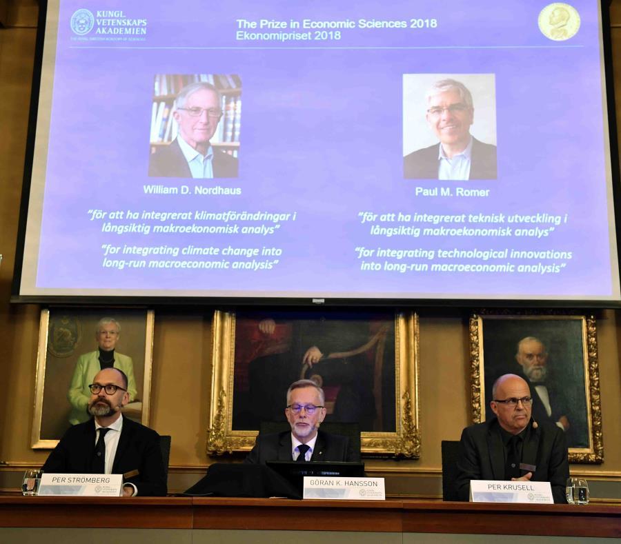 Momento en que miembros de la Real Academia de las Ciencias anuncian que los estadounidenses William D. Nordhaus y Paul M. Romer ganaron el Nobel de Economía. (AP) (semisquare-x3)
