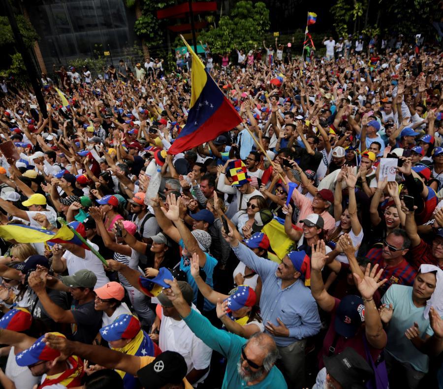 Diplomáticos venezolanos regresan de EEUU respondiendo a disposición de Maduro