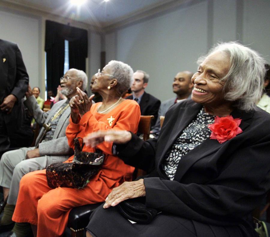 Hooker (a la extrema derecha) también fue miembro de la Comisión de disturbios raciales de Tulsa, ahora llamada Comisión de la Masacre de razas de Tulsa. (AP) (semisquare-x3)