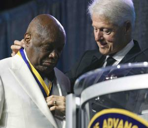 """Bill Clinton pide a políticos recordar """"nuestra humanidad común"""""""