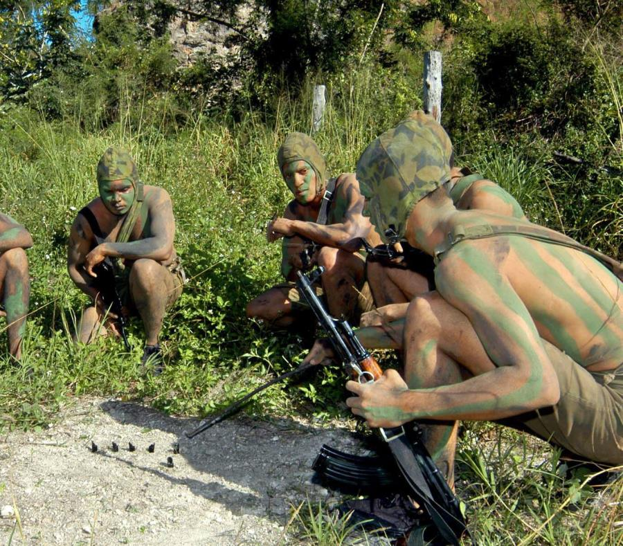 Soldados de la Brigada de Tropas Especiales de las Fuerzas Armadas Revolucionarias (FAR) realizan maniobras durante el ejercicio Bastión de 2004. (Agencia EFE) (semisquare-x3)