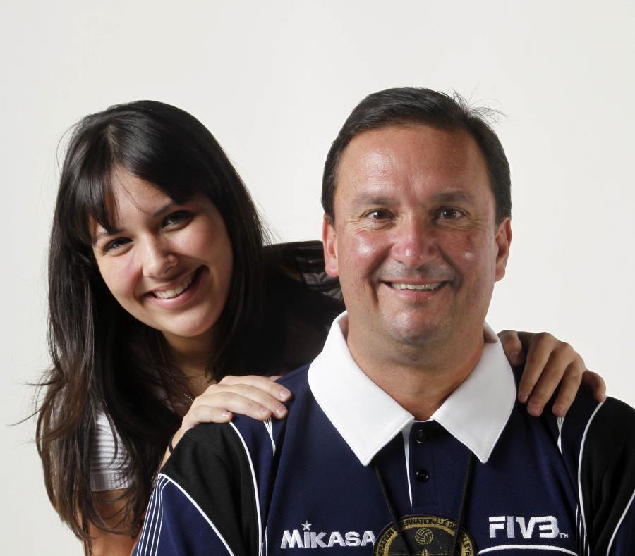 Jean Carlos Juarbe, en uniforme de la FIVB, comparte junto a su hija Brigitte. (GFR Media) (semisquare-x3)