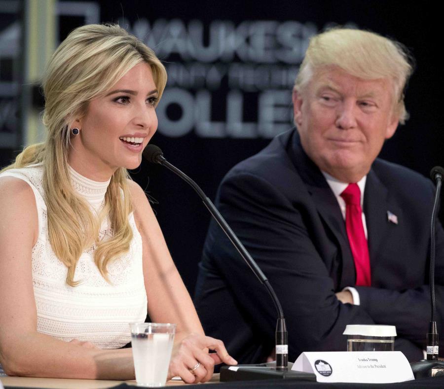 Ivanka Trump junto a su padre, Donald Trump (semisquare-x3)