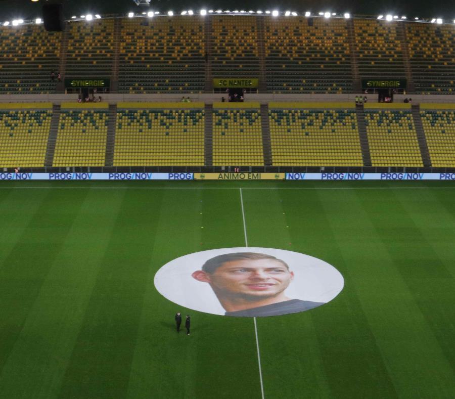 El FC Nantes rinde tributo al jugador argentino Emiliano Sala antes del partido. (EFE) (semisquare-x3)