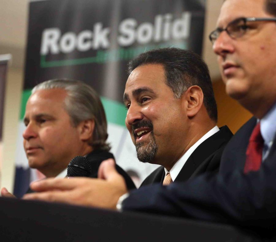 Ángel Pérez (centro), vicepresidente de la compañía, indicó que el período de solicitud para el programa de becas del 2019 cerrará el 30 de noviembre. (GFR Media) (semisquare-x3)
