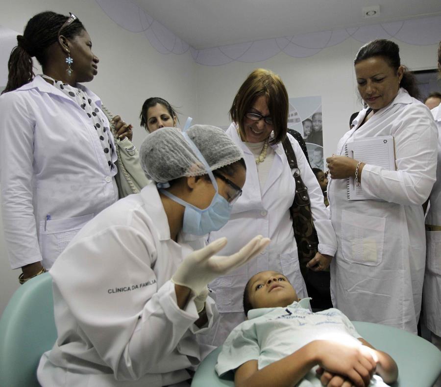 Médicos cubanos observan un procedimiento dental durante una sesión de capacitación en una clínica de salud en Brasilia. (AP / Eraldo Peres) (semisquare-x3)