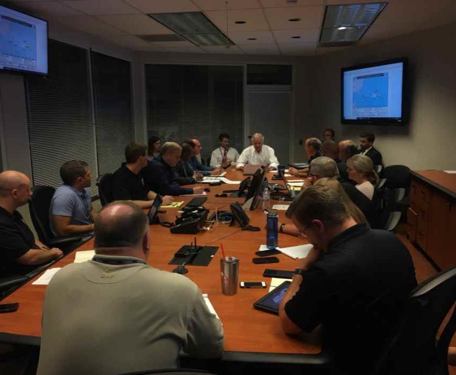 El gobernador de Carolina del Sur, Henry McMaster, reunido con su equipo de trabajo (semisquare-x3)