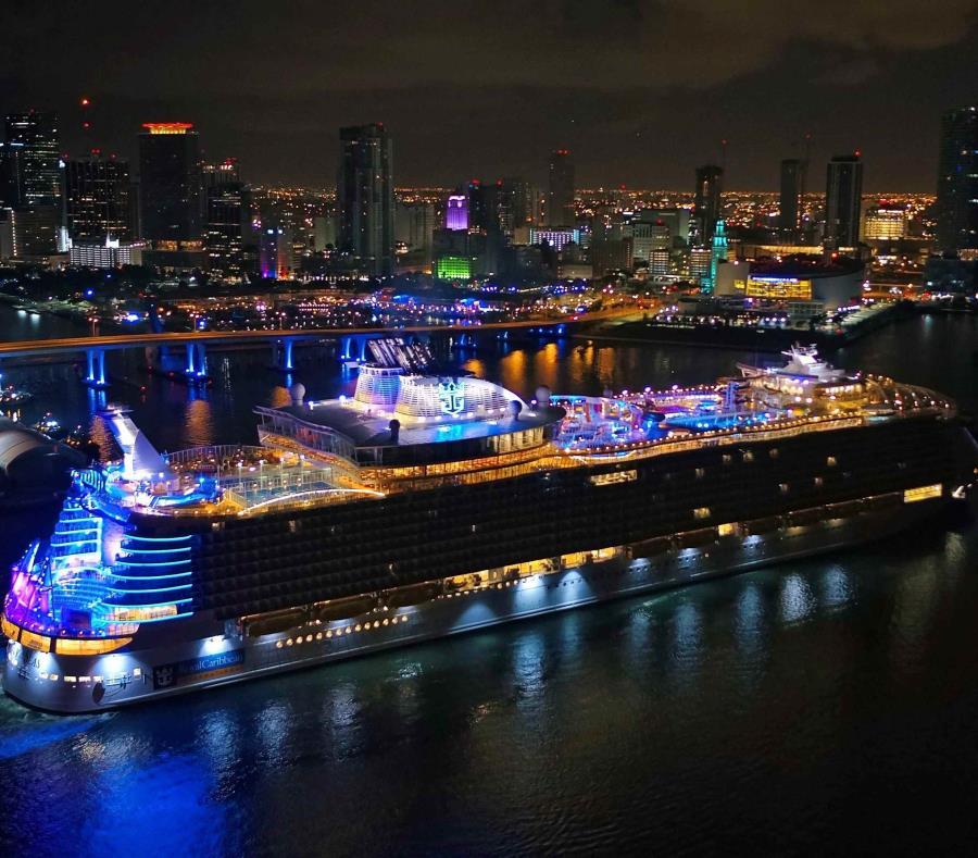 El Symphony of the Seas mientras entraba al puerto. (EFE) (semisquare-x3)