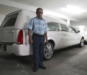 El arte de embellecer muertos contado por un embalsamador de 80 años