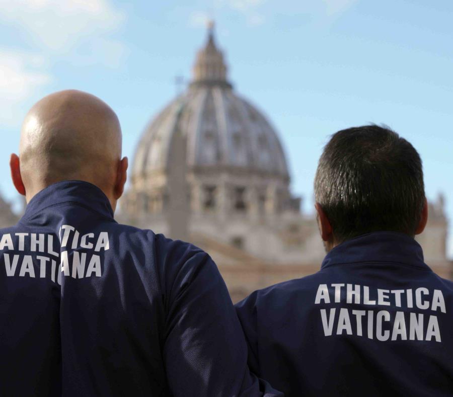 Integrantes del equipo vaticano de atletismo posan para la foto frente a la Basílica de San Pedro. (semisquare-x3)