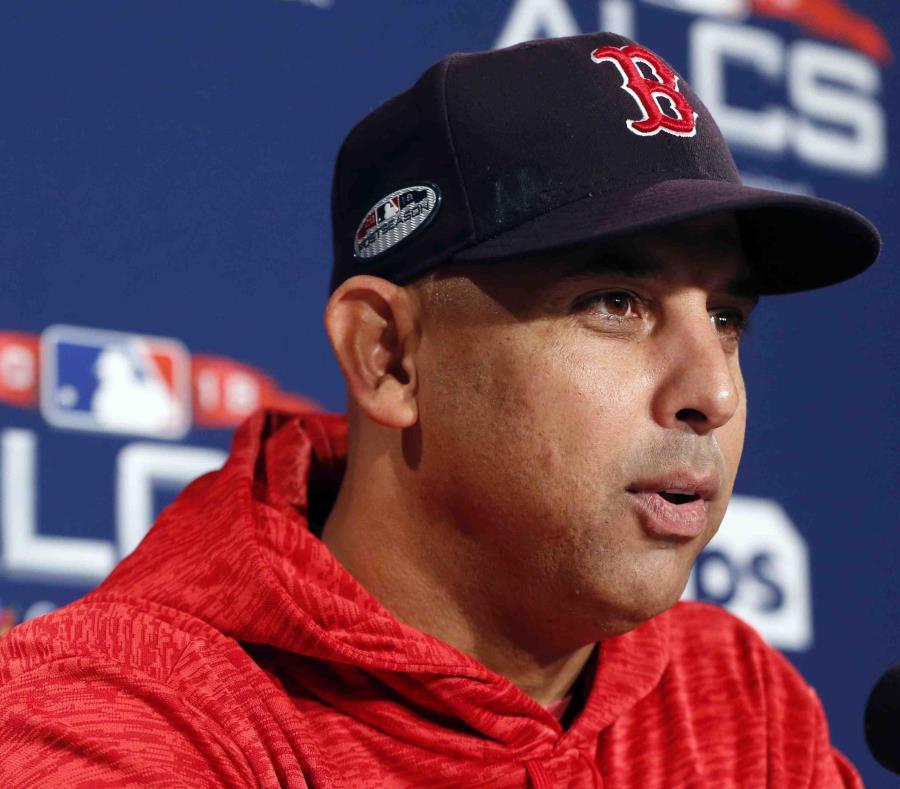 El dirigente de los Medias Rojas de Boston, Alex Cora, habla esta madrugada del triunfo ante los Astros de Houston. (AP) (semisquare-x3)