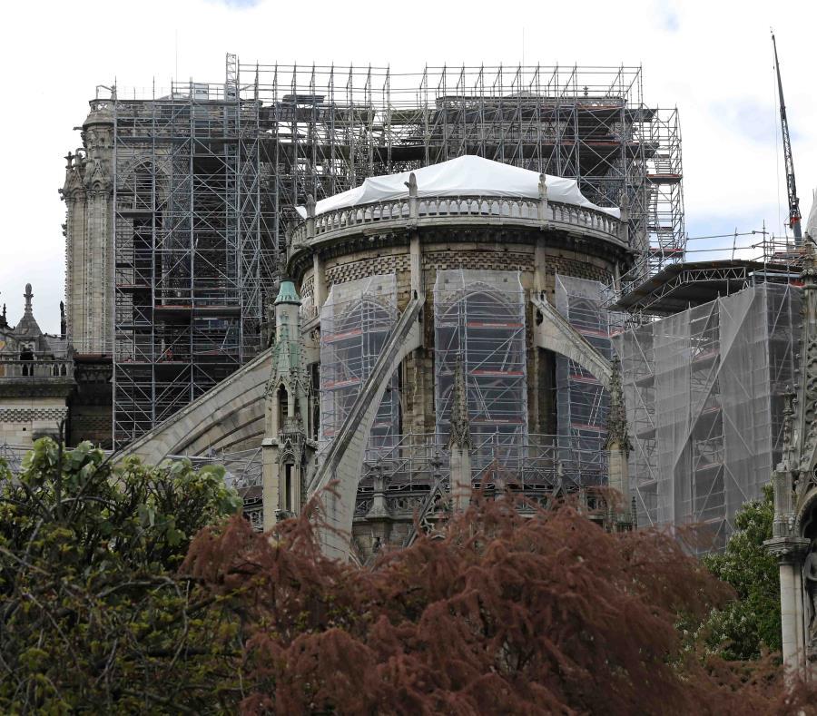 Una lona impermeable cubre el tejado de la catedral de Notre Dame en París, el viernes 26 de abril de 2019 (semisquare-x3)