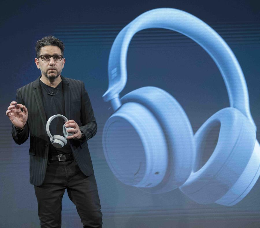El director de Productos de Microsoft, Panos Panay, presenta el nuevo Surface Headphone. (AP / Mary Altaffer) (semisquare-x3)