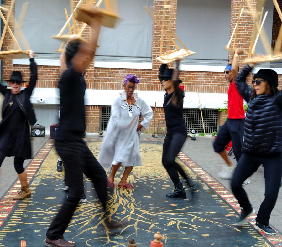 Los bailarines de la compañía Andanza junto a los artistas  Javier Cardona y Awilda Sterling, quien encarna a la señora de la suerte. (semisquare-x3)