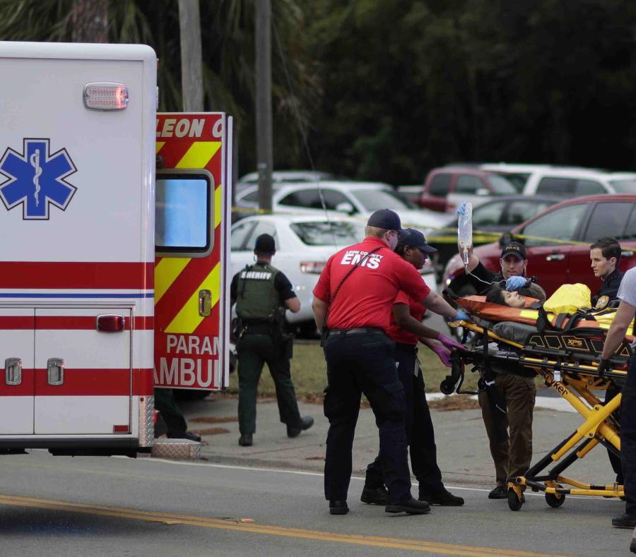 Una persona herida es subida a una ambulancia para ser trasladada del lugar donde se registró un tiroteo en un centro de yoga, el viernes 2 de noviembre de 2018, en Tallahassee, Florida. (semisquare-x3)