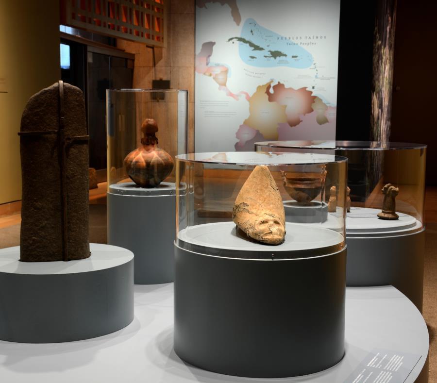 """El cemí taíno de tres puntas de Puerto Rico aparece en primer plano en una de las salas de la exposición """"Taíno: herencia e identidad indígena en el Caribe"""". (Cortesía NMAI) (semisquare-x3)"""