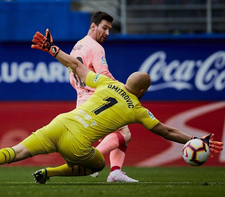 El portero Marko Dmitrovic (1), del Eibar, no logra impedir la anotación del argentino Lionel Messi, del Barcelona, en un partido de la Liga española en el estadio Ipurúa, en Eibar, España, el domingo 18 de mayo de 2019. (AP / Ion Alcoba) (semisquare-x3)