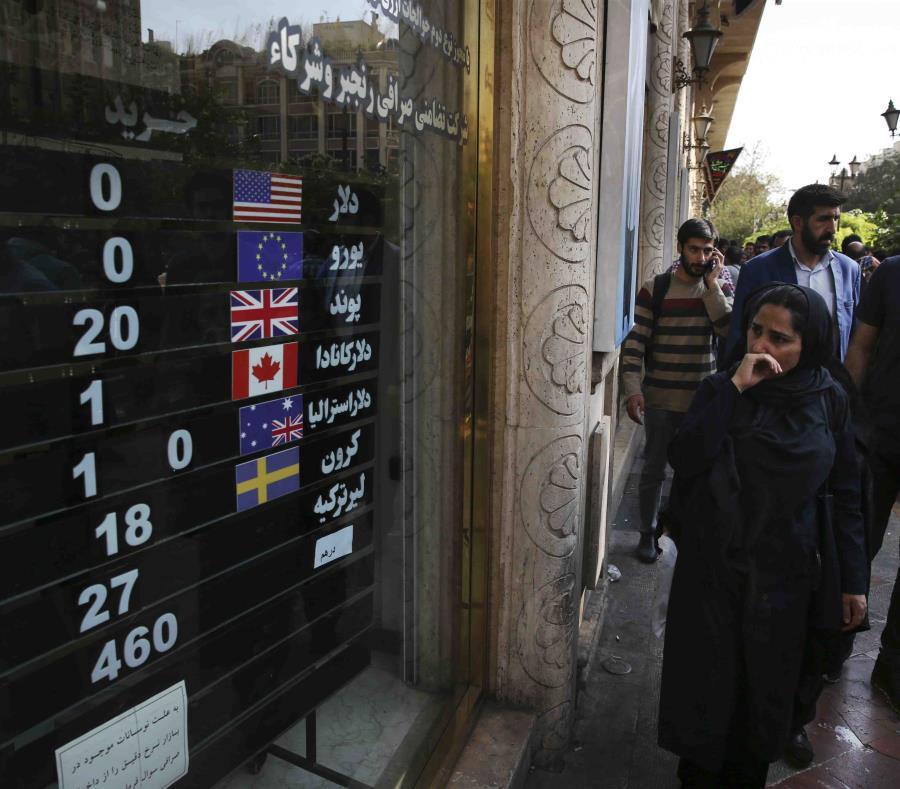 Una casa de cambio exhibe el valor de varias monedas en el centro de Teherán, Irán. (semisquare-x3)