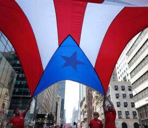 Bandera boricua en mano