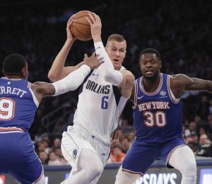 Los fanáticos de los Knicks abuchean a Kristaps Porzingis en su regreso a Nueva York