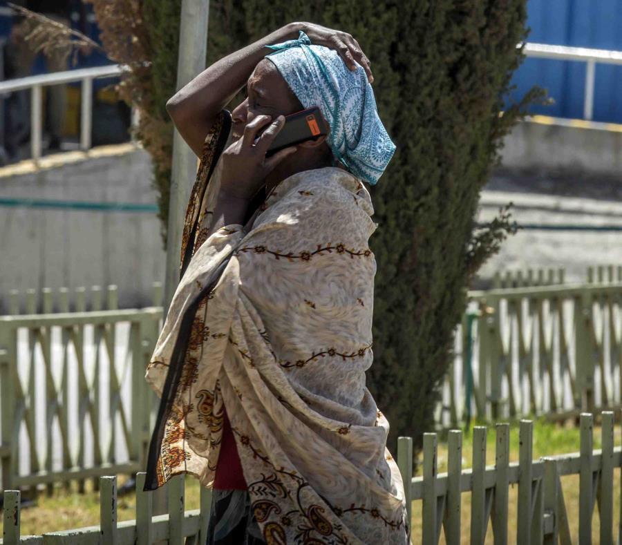 Familiar de una de las víctimas de un accidente mortal hablando por teléfono en el aeropuerto internacional de Adís Abeba. (AP) (semisquare-x3)
