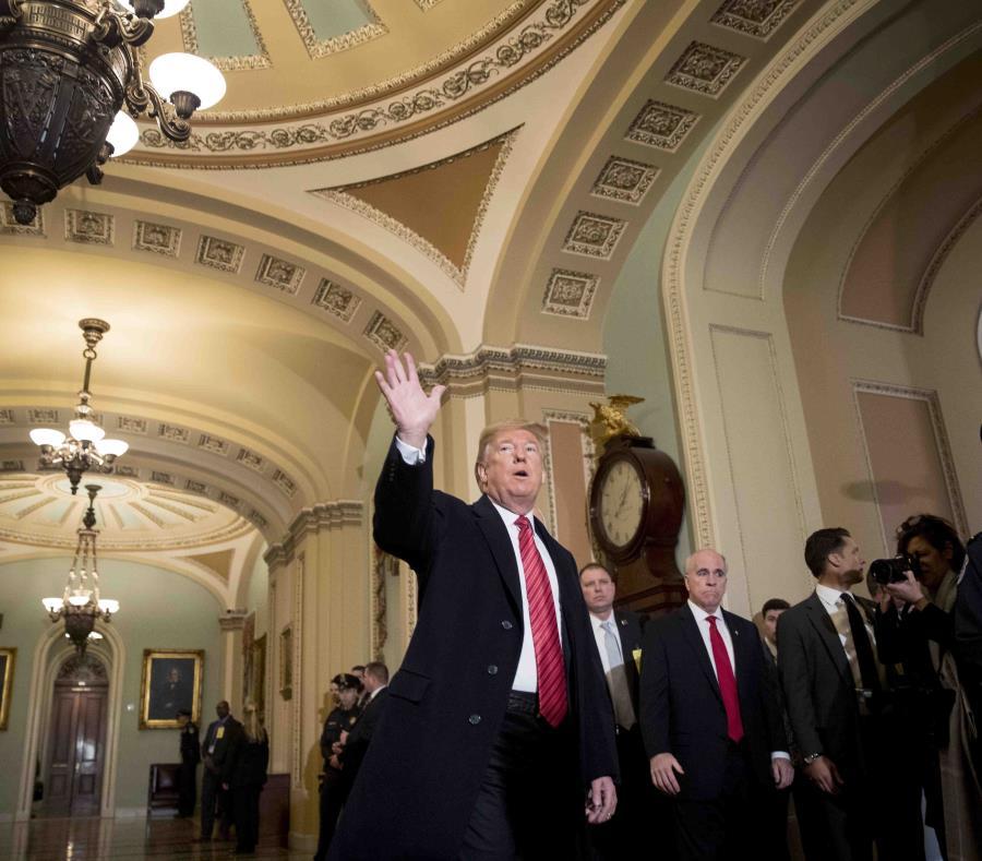 El presidente de Estados Unidos, Donald Trump, acompañado del vicepresidente, Mike Pence, saludan a reporteros a su llegada al almuerzo del grupo republicano en el Senado, en el Capitolio, en Washington, el 9 de enero de 2019 (semisquare-x3)