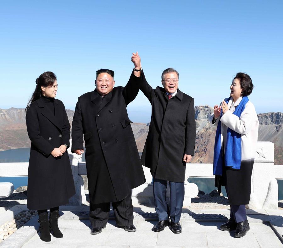 El presidente surcoreano, Moon Jae-in, y su esposa Kim Jung-sook, posan junto al líder norcoreano Kim Jong-un y su esposa Ri Sol-ju para una fotografía en el Monte Paektu, en la frontera entre Corea del Norte y China. (EFE) (semisquare-x3)