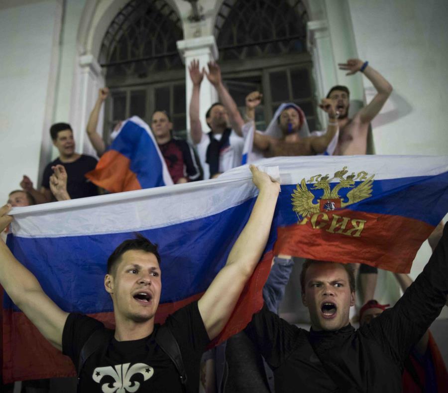 Unos fanáticos rusos celebran la segunda victoria de su selección. (AP) (semisquare-x3)