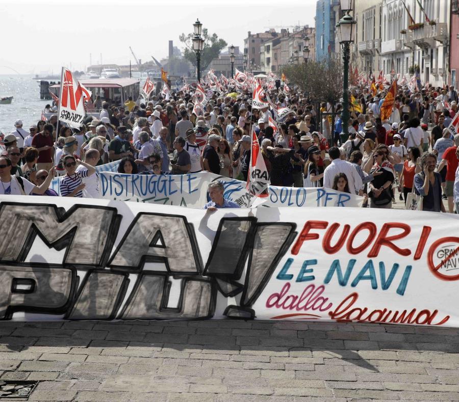 Venecianos se manifiestan contra la presencia de buques crucero en la laguna de la ciudad en Venecia. (AP/Luca Bruno) (semisquare-x3)
