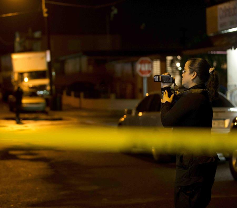 Una agente de la Policía graba la escena de un crimen. (GFR Media) (semisquare-x3)