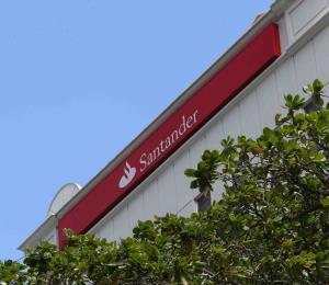 Santander no cobrará cargos por el uso ATH Móvil a sus clientes
