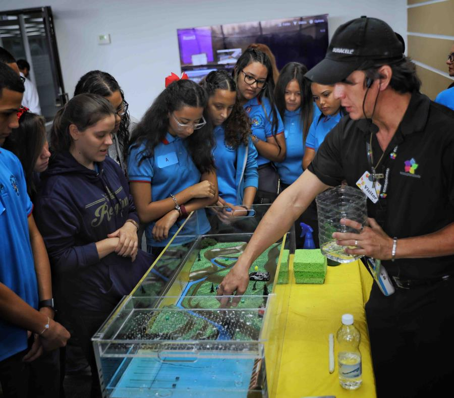 Jorge Dueño, educador en ciencias, mostró a los estudiantes la simuladora de terremotos. (Suministrada) (semisquare-x3)