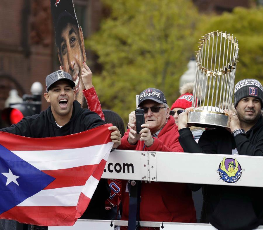 Alex Cora sacó su bandera de Puerto Rico durante la caravana. (AP) (semisquare-x3)