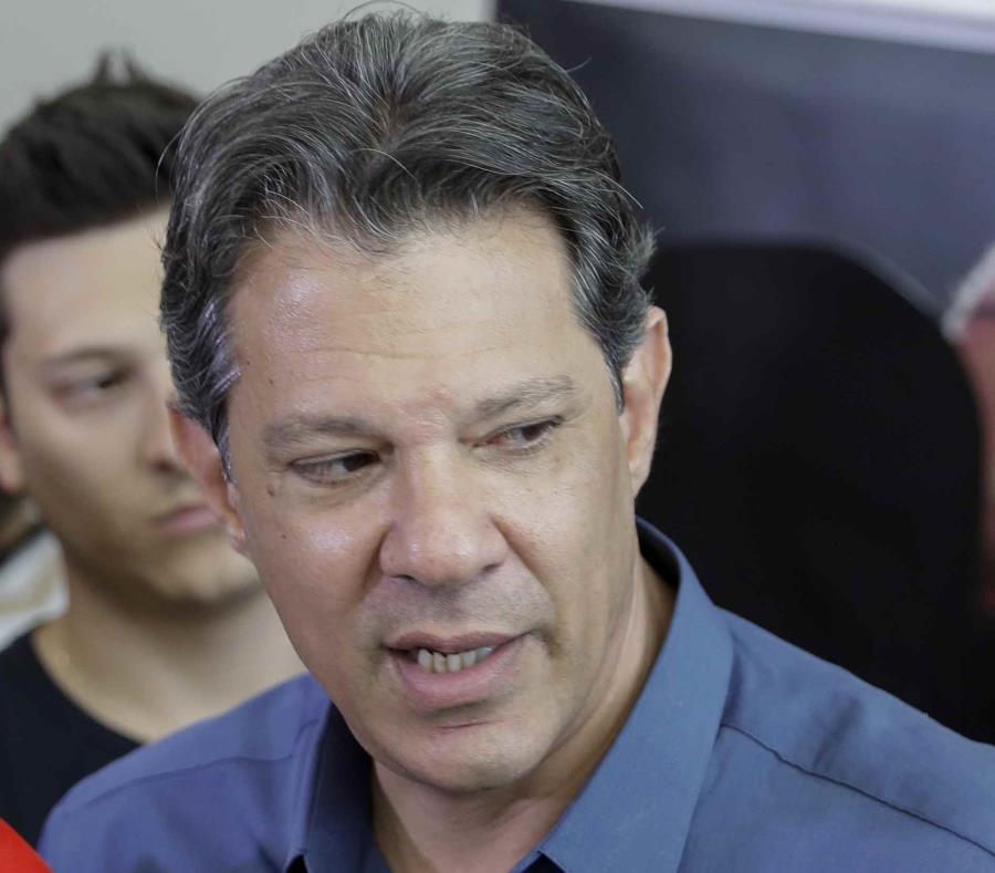 El candidato presidencial del Partido de los Trabajadores (PT), Fernando Haddad, sucesor del expresidente Luiz Inácio Lula da Silva (semisquare-x3)