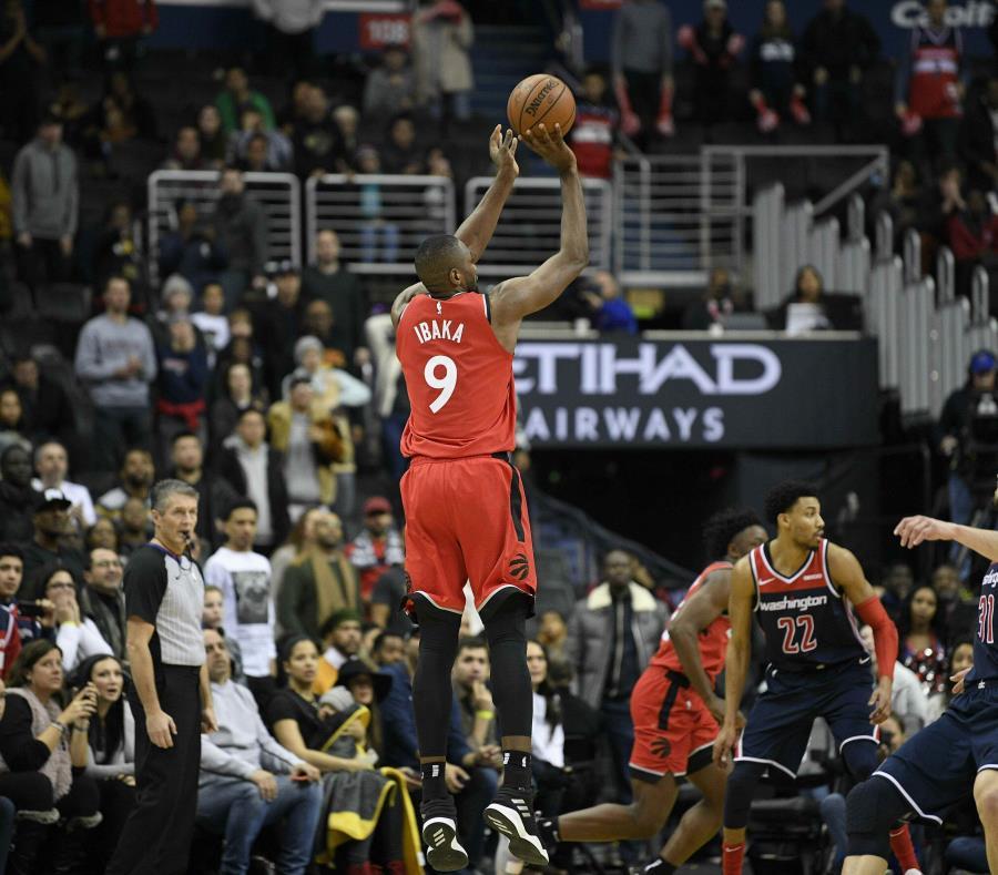 Serge Ibaka (9), de los Raptors de Toronto, encesta en el doble tiempo extra del partido ante los Wizards de Washington. (AP) (semisquare-x3)