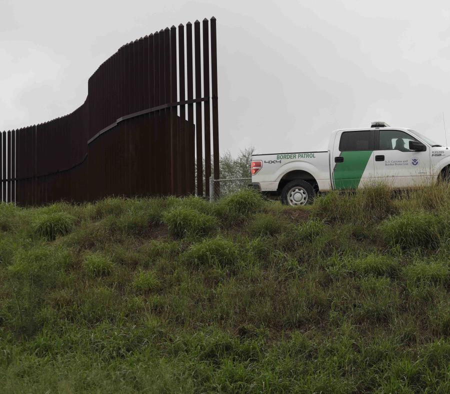 Una camioneta de la Oficina de Aduanas y Protección Fronteriza pasando por un cerco fronterizo en Hidalgo, Texas. (AP) (semisquare-x3)