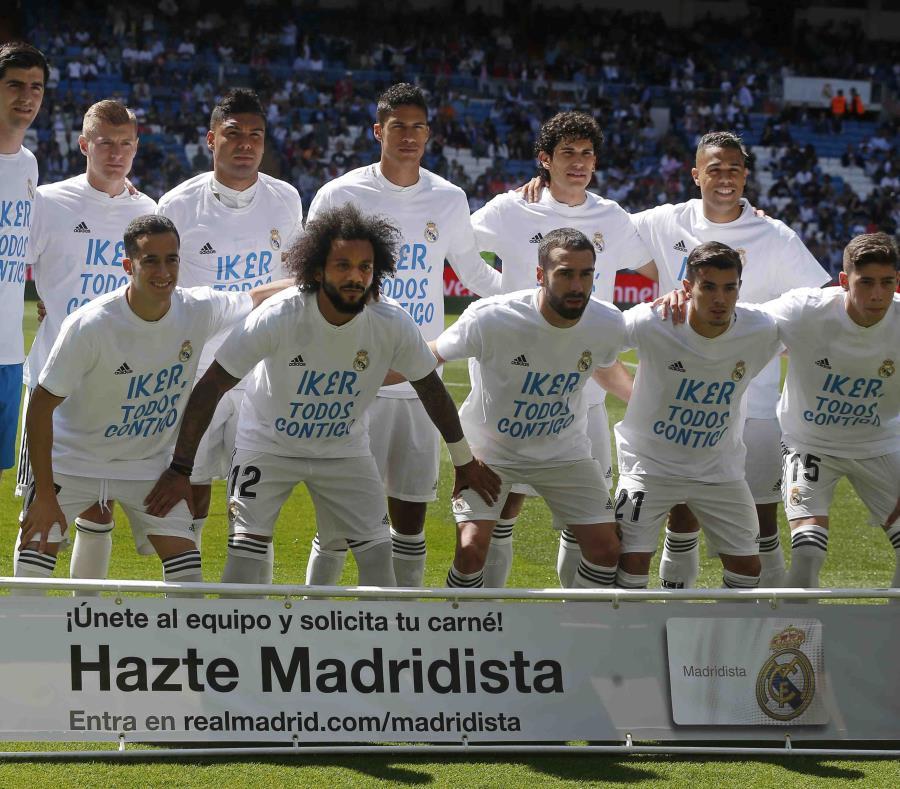 Los jugadores del Real Madrid posan para una fotografía con la camisa en apoyo a Iker Casillas. (AP) (semisquare-x3)