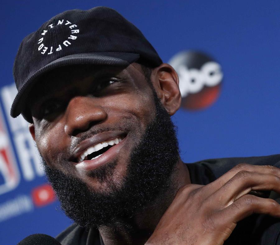 LeBron James ríe durante una conferencia de prensa. (EFE) (semisquare-x3)