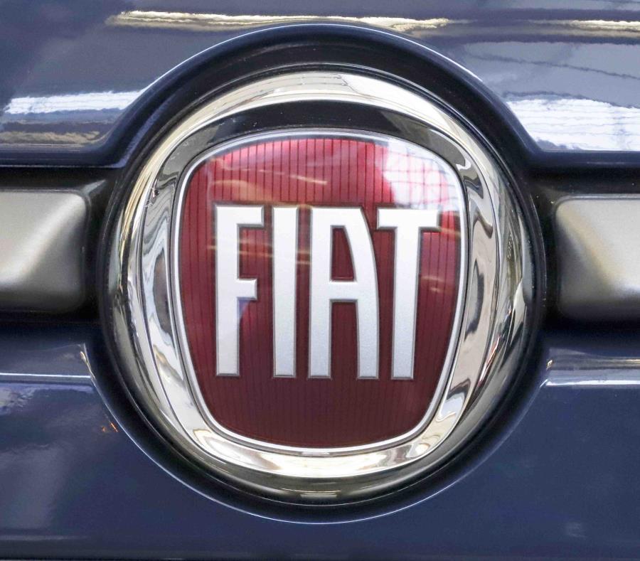 La foto muestra el logotipo de Fiat en un auto compacto 500L del 2019 en el Expo Internacional de Autos de Pittsburgh 2019. (AP) (semisquare-x3)